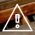 まさかこんな場所に!?ウッドデッキ下に蜂の巣を発見。暑くなってきたら蜂の巣に注意!!