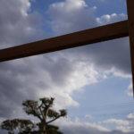 DIYでのパーゴラ製作開始。木材の塗装と支柱の組み立て