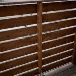 曲がったウッドフェンスの修正作業